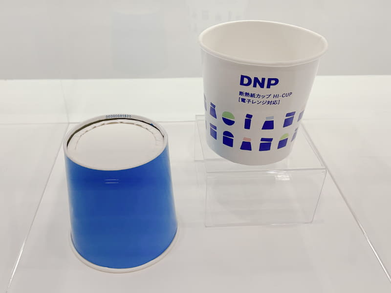 電子レンジ対応の耐熱紙カップ。底部形状を工夫することで安全に電子レンジ調理が可能で、加熱後の持ち運び時に熱を感じにくい