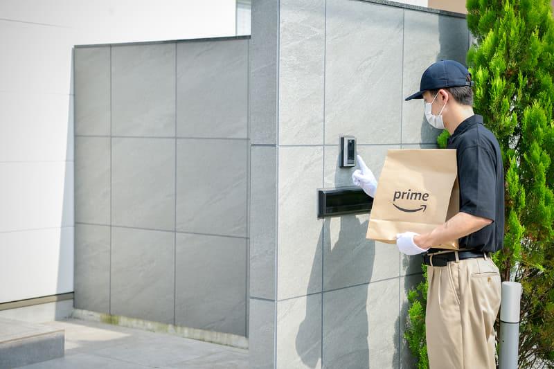 Amazonのスタッフが配達