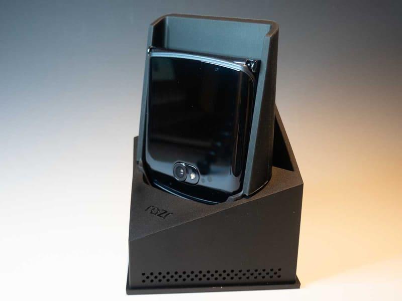 Razr 5Gの箱。スタンドになるようになっていて、セットされたケーブルやヘッドホンも専用ケーブに収納されている
