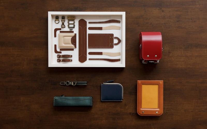 右上から時計回りにミニチュアランドセル、ランドセル型フォトフレーム、パスケース、ペンケース・キーチャームセット、タペストリー