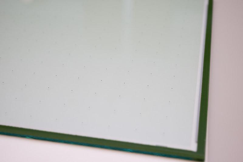 パナソニックの真空断熱ガラス「Glavenir」(グラベニール)。黒い点に見えるのは、真空層であるガラス間の約0.1mmの隙間を支えるピラー。20mmピッチで配置されている