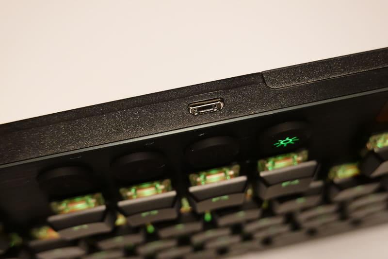 充電コネクタはmicro USB Type-B