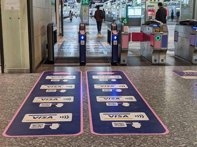 Visaのタッチ決済とQRコード乗車券の実験が同時に行なわれている南海電鉄の難波駅の改札の様子