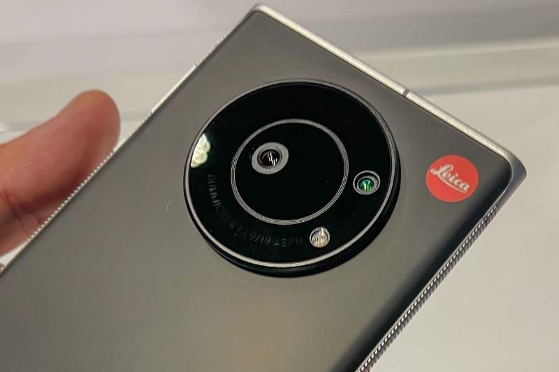 カメラ部拡大。赤い「Leica」ロゴの存在感が強い