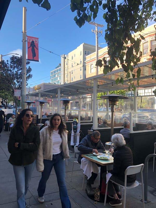 「Re-opening」後のサンフランシスコの街角の風景。すでにマスクをしない状態の歩行者を多数見かける(撮影:Stania Zbela)