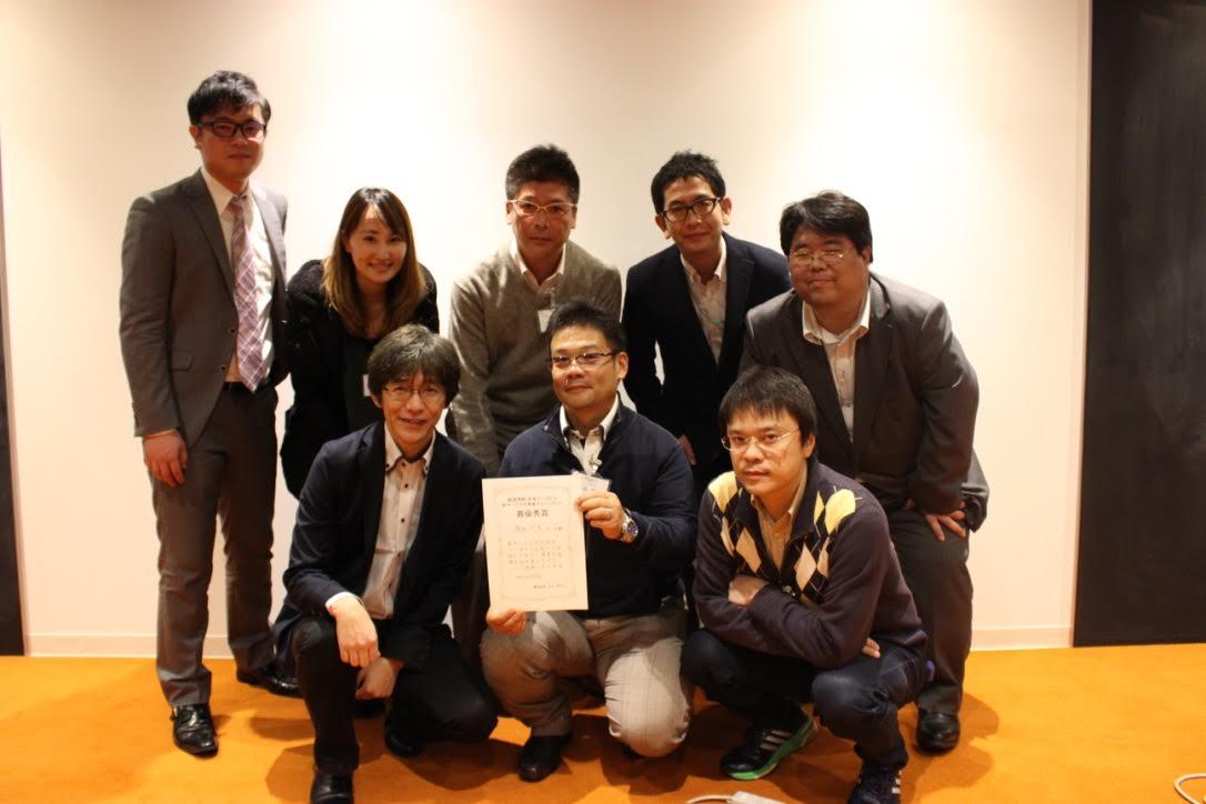 最優秀賞を受賞したチームと及川氏