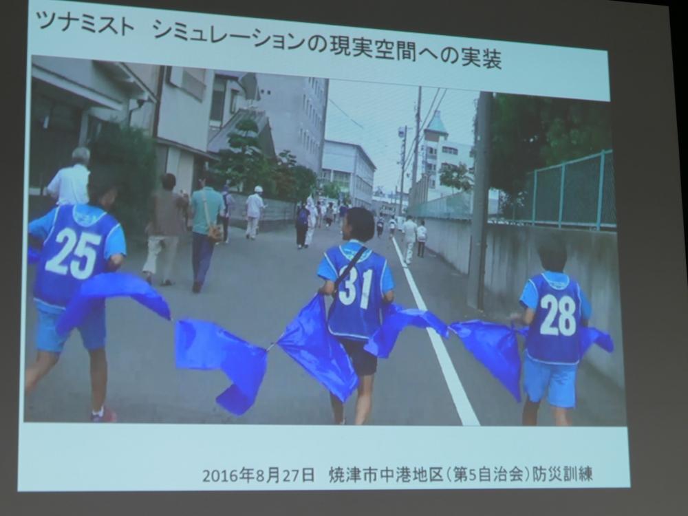 青い衣装で津波を表現