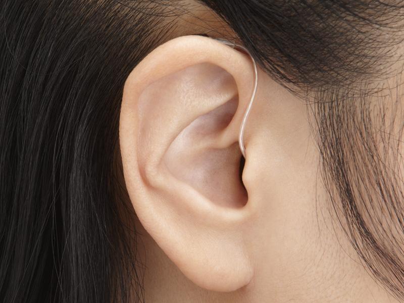耳に装着したところ。耳の穴や陰に隠れ、ほとんど目立たない