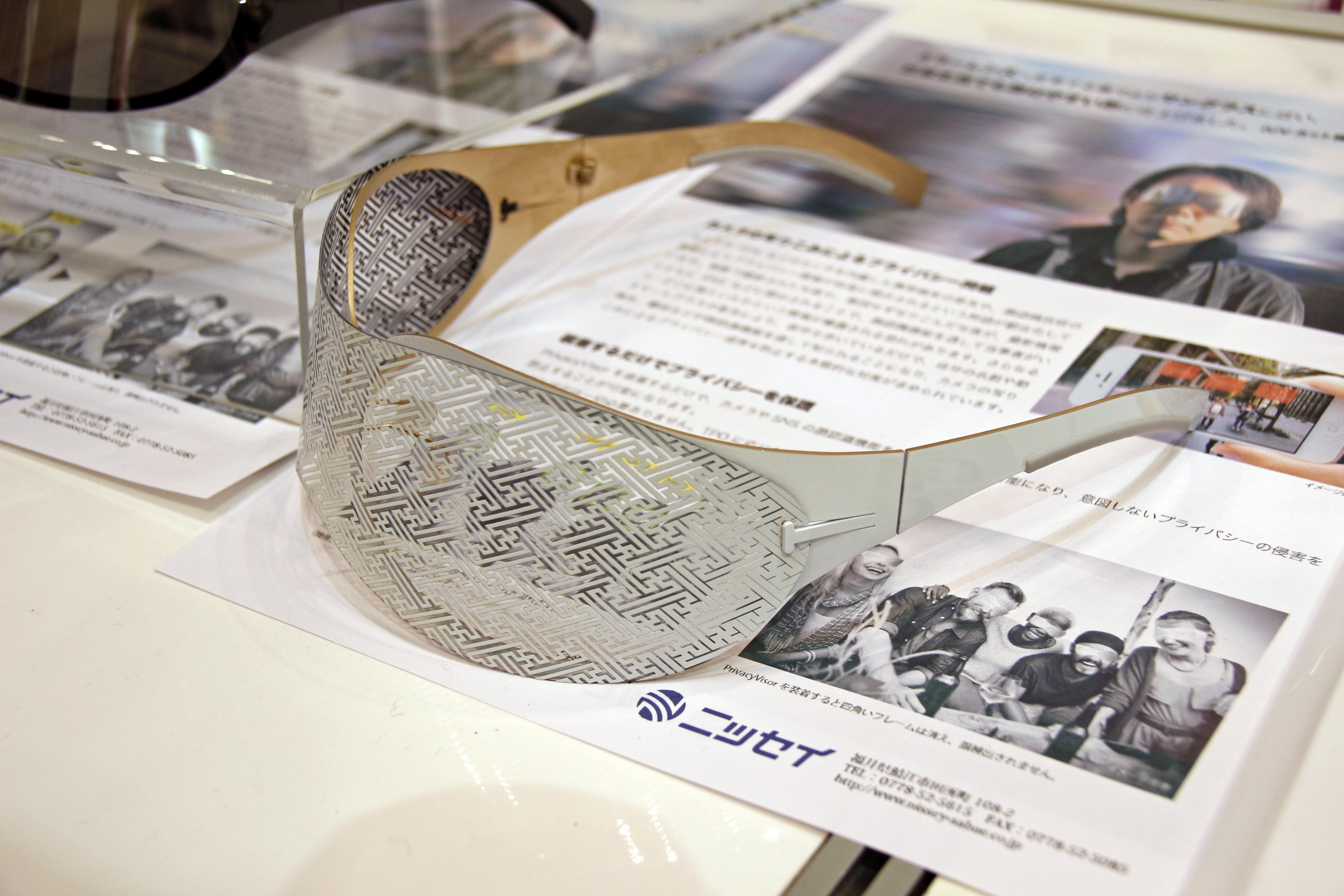 初期モデルは顔検出の妨害性が高いが、前面の独特なパターンが視認性を若干低下させている。また、顔検出を妨害できるものの、デザイン的にはかえって目立ちやすくなるため、新モデルではサングラス寄りの見た目になった
