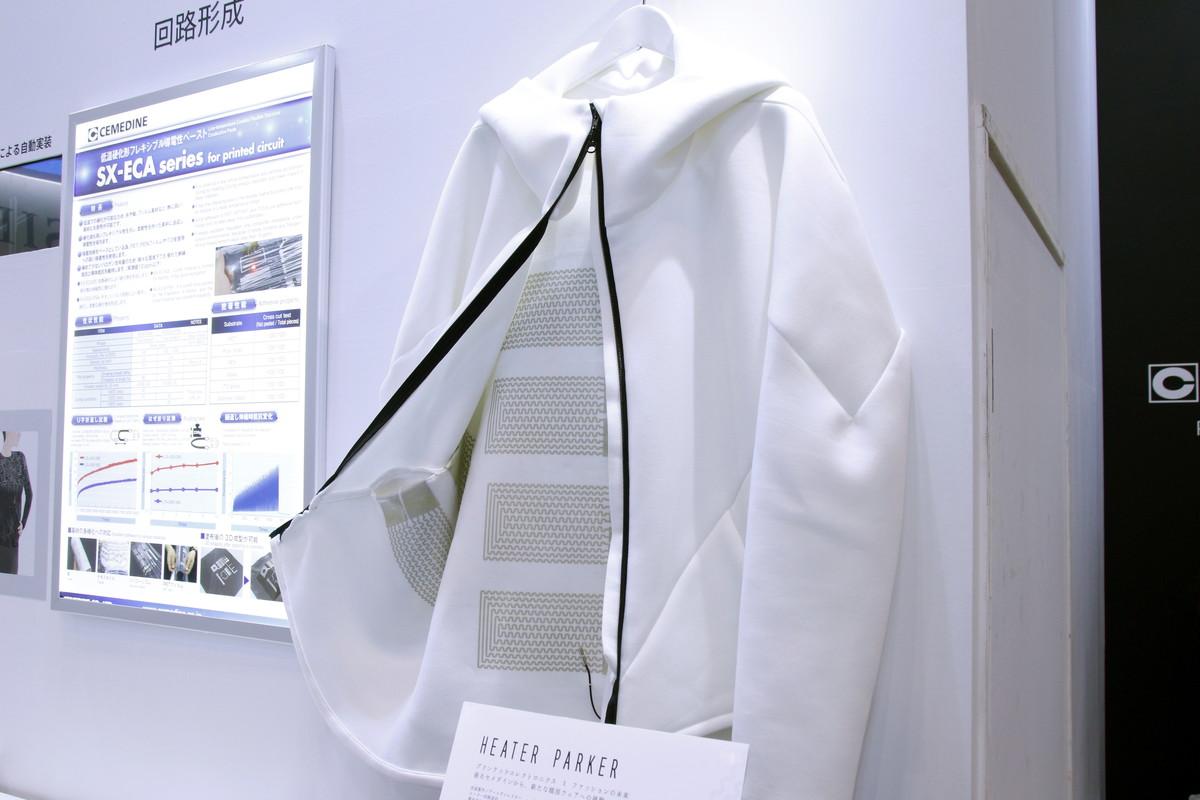 参考出展されたヒーター内蔵のパーカー「HEART PARKER」