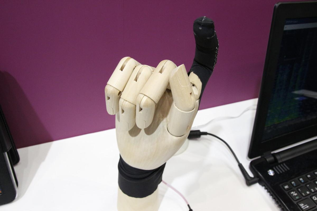 変位センサーを編み込んだグローブ