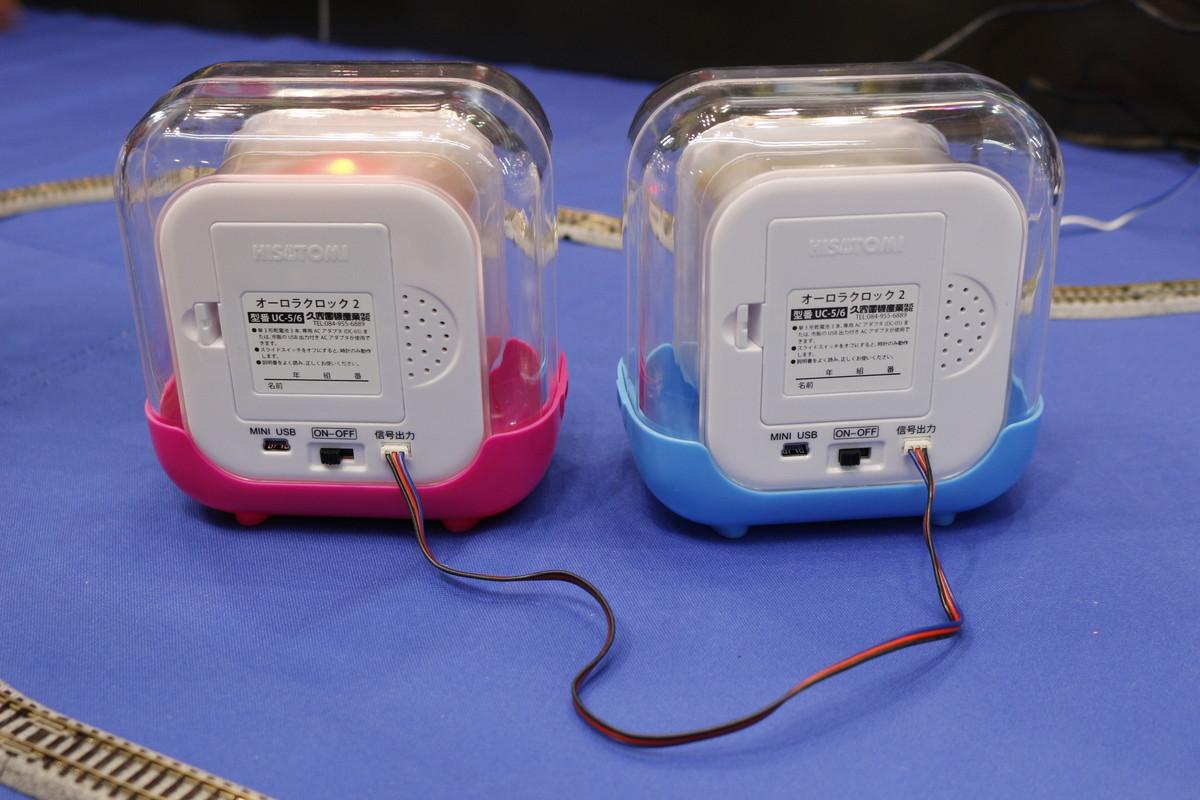 外部入出力端子を使用して、オーロラクロック同士の通信が可能。点灯パターンを制御して歩行者用信号機の仕組みをシミュレーションできる