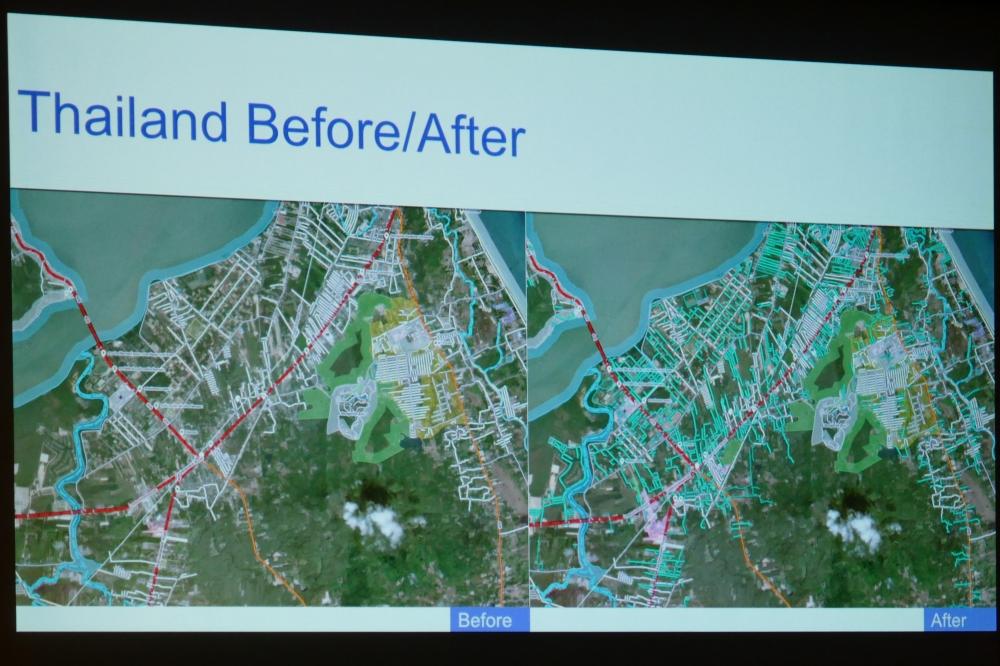 機械学習によるマッピングを行う前と後の比較。右側の画像の中にある水色の線が、機械学習によって追加された道路を示す