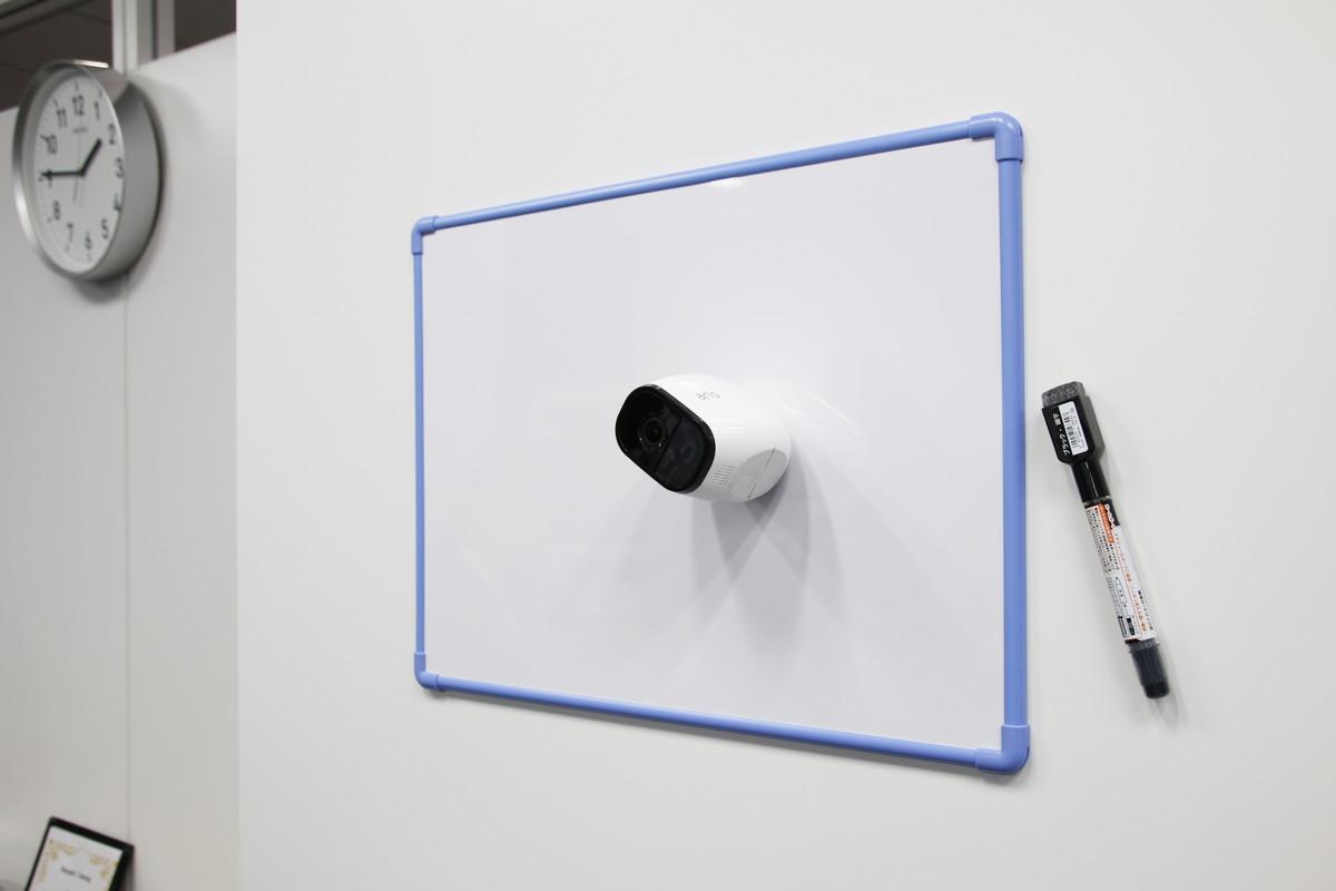 """""""100%ワイヤレス""""をうたっており、専用ウォールマウントを使えば壁面への設置もすっきり(上)。専用ウォールマウントの前面は半球状の金属製になっており、カメラ背面のマグネットにより好きな角度で固定できる(中)。ホワイトボードや冷蔵庫などの金属面であれば、角度は付けられないが、直接カメラをくっつけることも可能だ(下)(2017年5月9日付関連記事<a href=""""/docs/news/1058733.html"""">『磁石でくっつくバッテリー駆動の防塵防滴Wi-Fiネットワークカメラ「Arlo Pro」、赤ちゃんの見守りに特化した「Arlo Baby」など、ネットギアが順次発売』</a>参照)"""