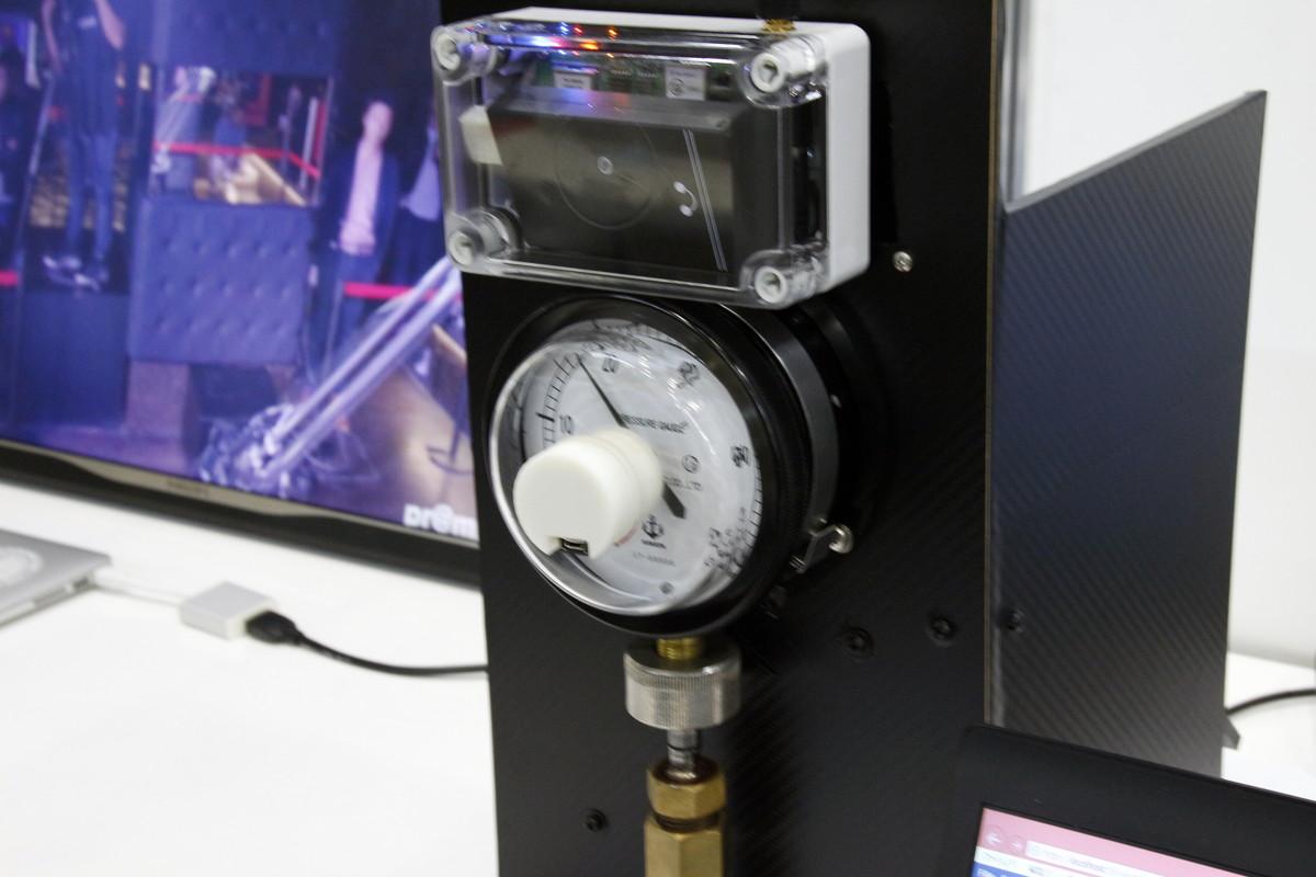 磁気センサーを計器に取り付けてモニタリング