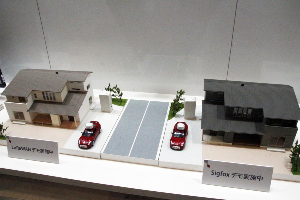 BLEタグが取り付けられた車の模型を移動すると、ディスプレイにリアルタイムで情報が反映された