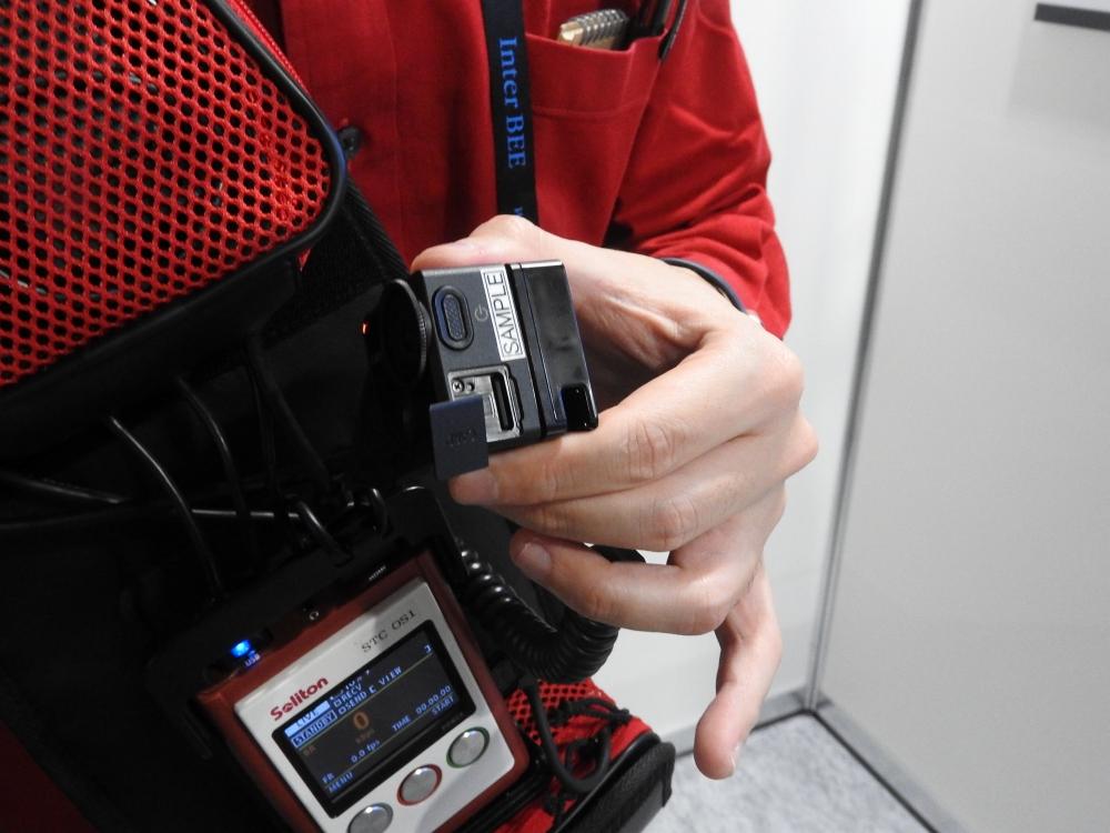 microSDカードスロットを装備しており、長時間の動画撮影が可能