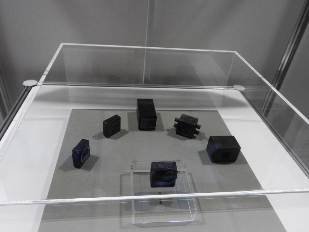 手前がカメラ本体モジュールで、奥に並んでいるのがオプションモジュール。大容量バッテリーなどが想定されている