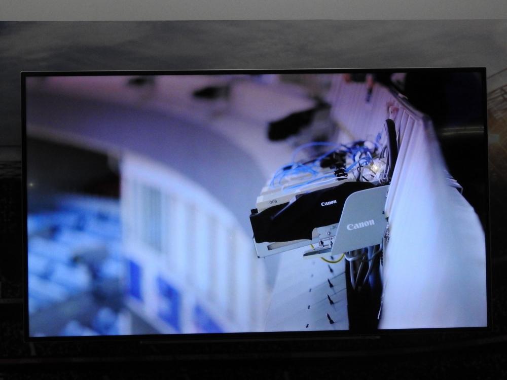 スタジアムのフィールドを取り囲むように高解像度カメラを多数設置し、同じタイミングで多方向から試合を撮影する