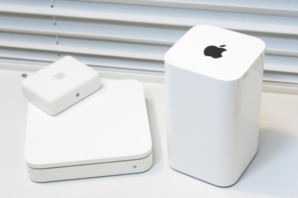 Apple製のWi-Fiルーター。アンテナは外部になく、動作ランプも最小限でスタイリッシュなのが特徴。縦長の製品が「AirMac Time Capsule」というモデルで最新モデル