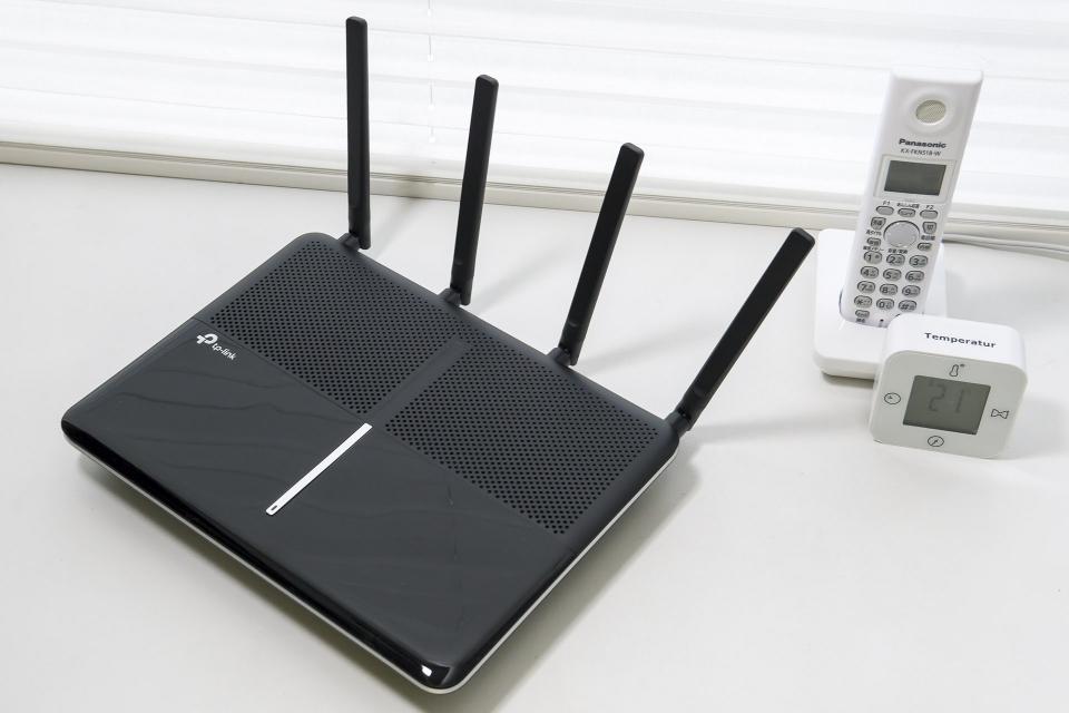 MU-MIMO対応のTP-Link「Archer C3150」は、MIMO 4×4で2.4GHzと5GHzの合計で最大3150Mbps、5GHzのみで2167Mbps通信まで可能。横の電話機子機と比べるとサイズ感が分かるだろう。意外と大きめ。定価は3万7600円だがAmazon.co.jpで2万を切る実売価格。TP-Linkは中国・深センの企業