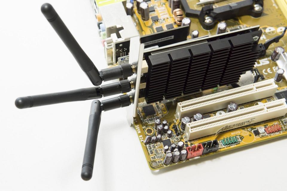 デスクトップPCに内蔵させるタイプのWi-Fi子機。TP-Link「Archer T9E」。11acの5GHzでギガビット超えの1300Mbps通信が可能。高速なWi-Fiを使うには子機側の対応も必須。装着状態はイメージだが、写真のように内部スロットに挿す。難易度はやや高め