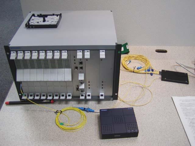 三菱電機が2003年に公開した「Ethernet PON」によるFTTHシステムにおけるスプリッターと加入者宅の終端装置