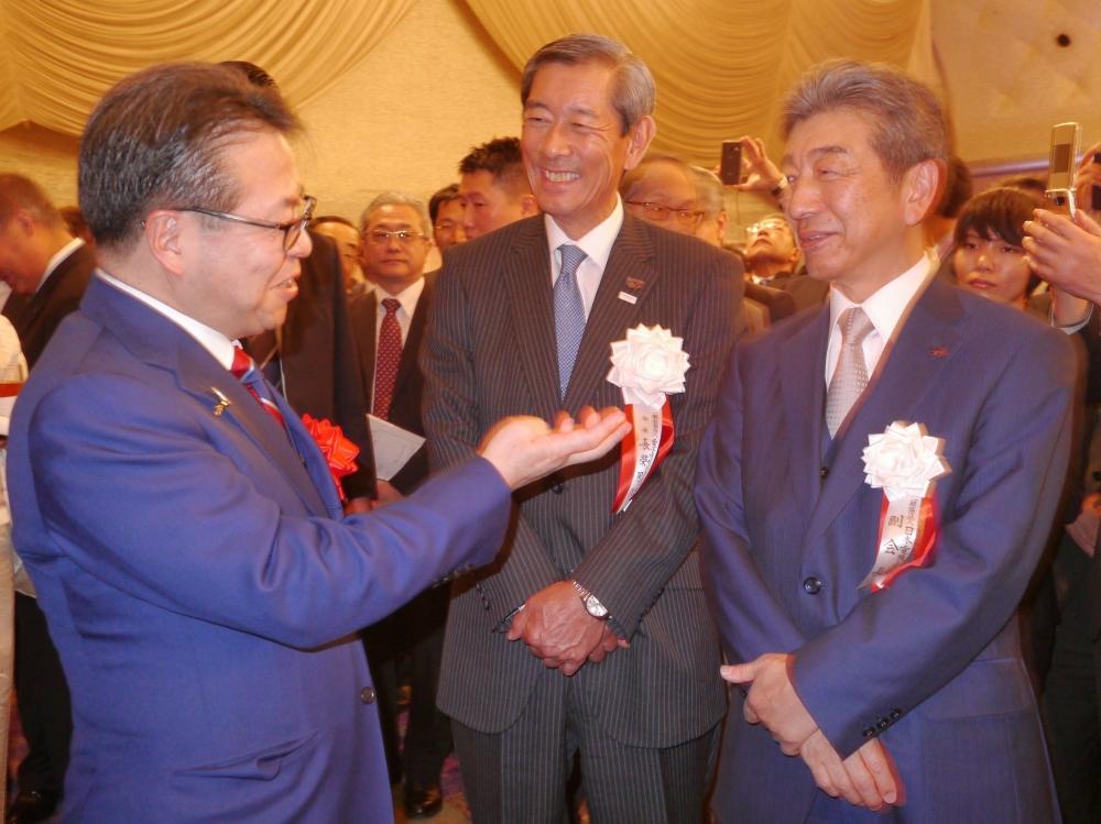 世耕大臣(左)と談笑する長榮会長(中央)、三菱電機株式会社の山西健一郎取締役会長(右)