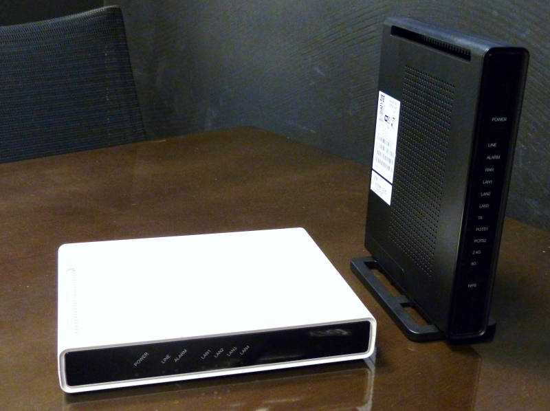 「NURO Biz」で2013年当時に提供された終端装置(右)。法人向けにブリッジ機能のみのモデル(左)もラインアップされた
