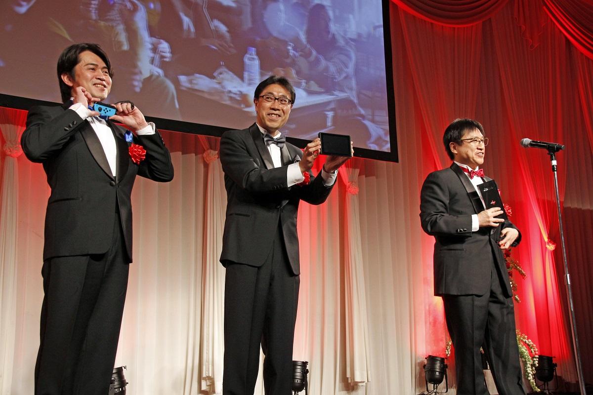 任天堂株式会社の開発チーム。それぞれの蝶ネクタイの色は「Nintendo Switch」本体カラーでもある赤・青・黒色だとアピール
