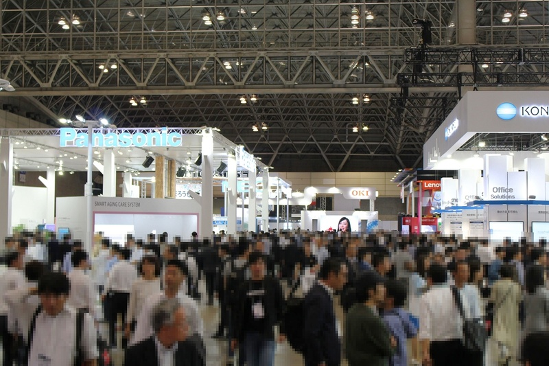 """2017年のCEATEC JAPAN。「Society 5.0」をテーマにして以来、出展者、来場者とも増加、新たな展示会としての<a href=""""https://internet.watch.impress.co.jp/docs/interview/1090095.html"""">手ごたえも感じている</a>という"""