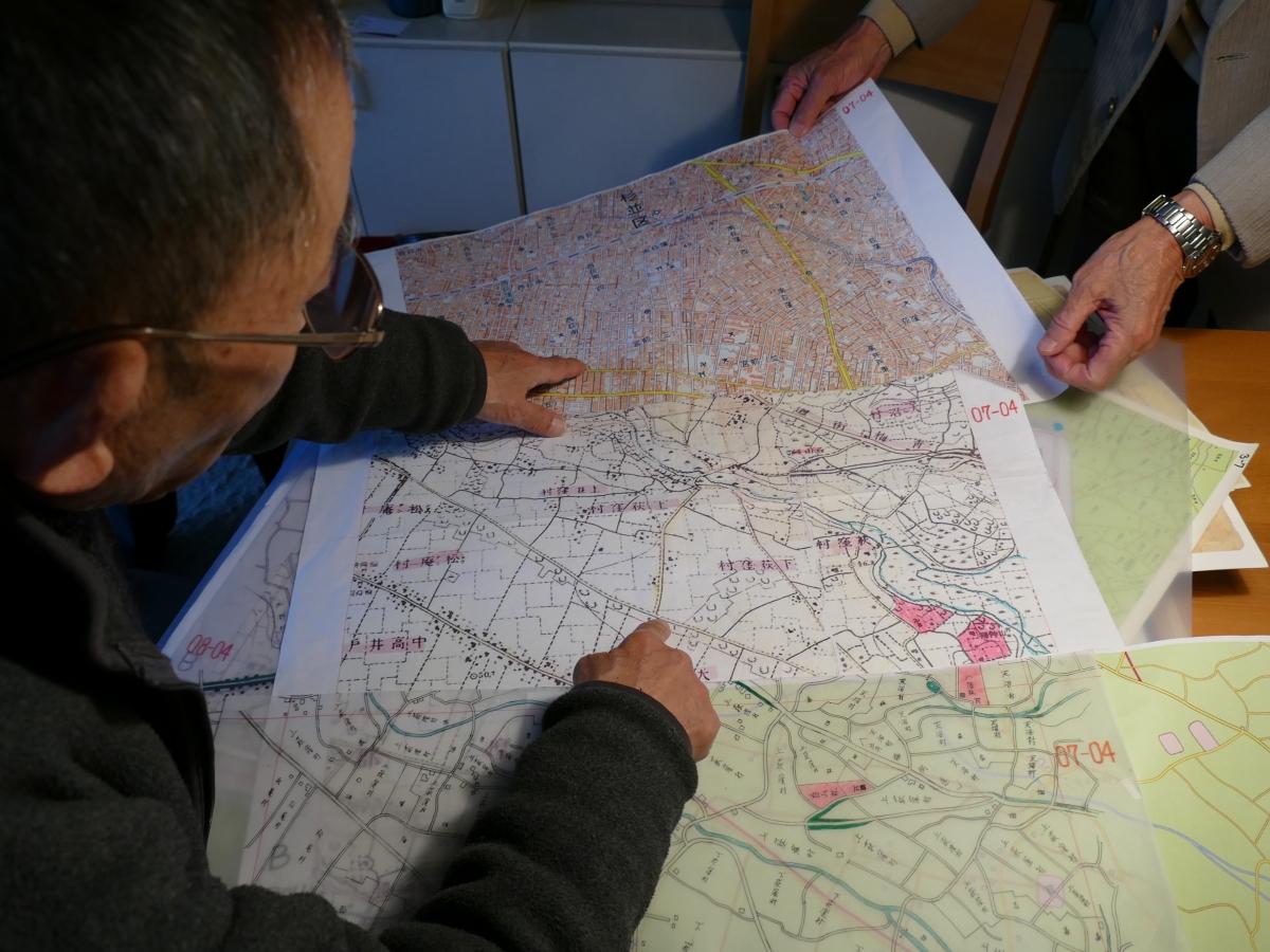 現在の地図と明治の地図を重ねながら整合性を検討