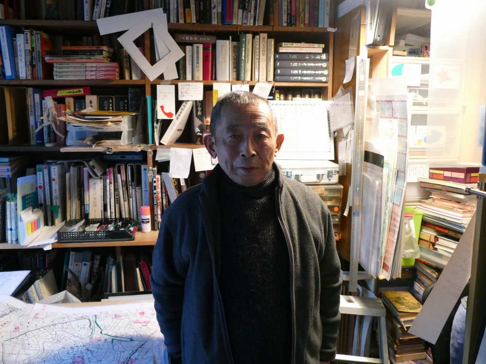 書棚に大量の資料が並ぶ中川氏の仕事部屋