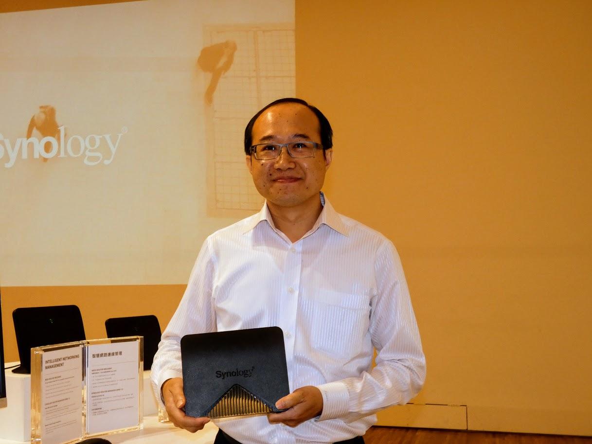 MR2200acを持つSynology Japan株式会社代表取締役社長の蔡明宏氏