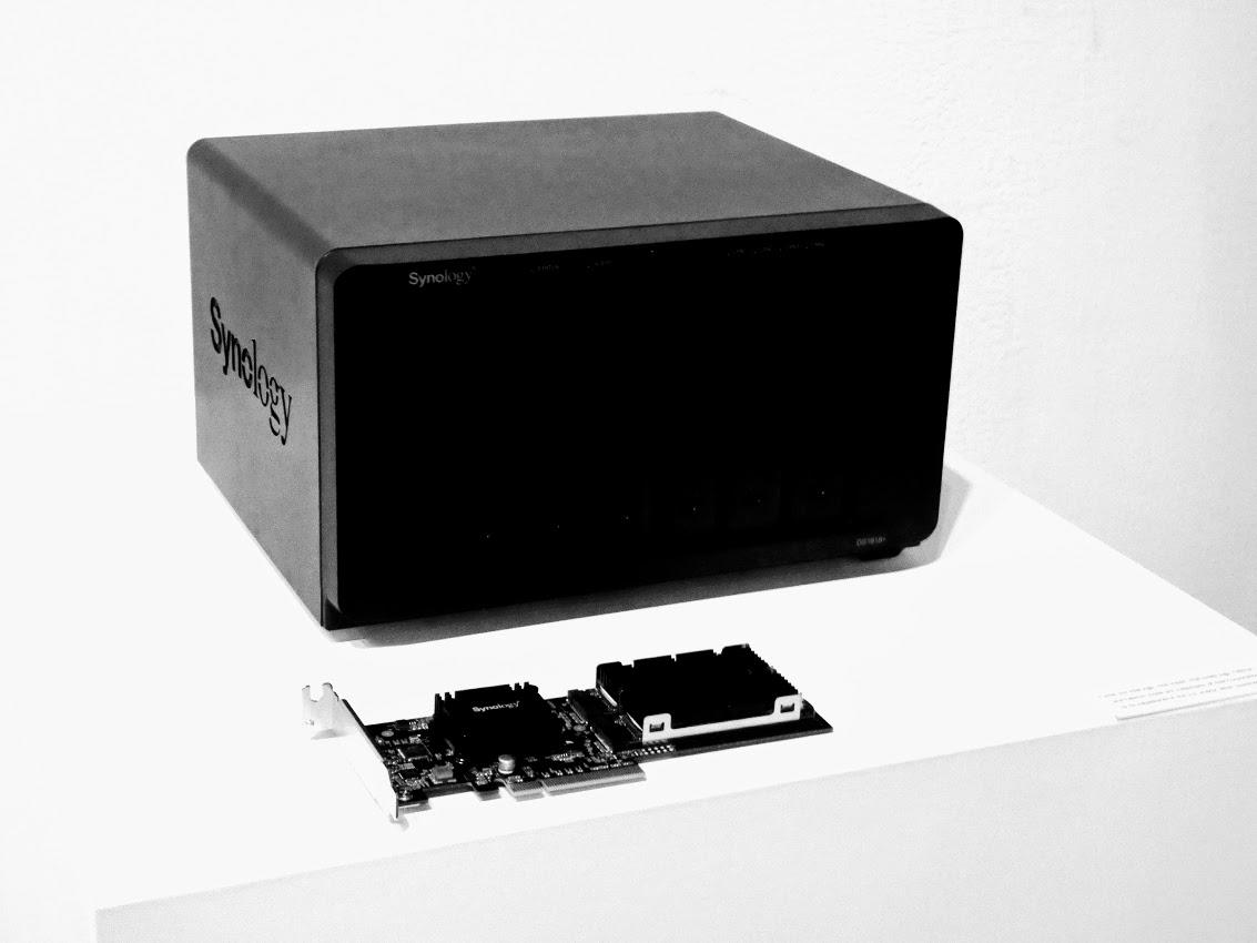 すでに発売済みのビジネス向け6ベイNAS「DS1618+」。Atom C3538と4GBメモリを搭載。メモリは最大32GBまで増設可能だ。オプションで10GbEやM.2 SSDキャッシュ搭載用のアダプターカードを搭載できる