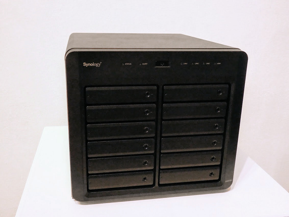 ビジネス向けの12ベイNAS「DS2419+」。Atom C3538と4GBメモリを搭載した高性能モデルで、DS1618+と同じく、オプションで10GbEネットワークやM.2 SSDキャッシュに対応するほか、メモリ増設も容易