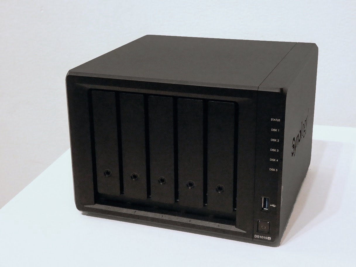 コンシューマー向けの5ベイNAS「DS1019+」。Celeron J3455と4GBメモリを搭載。オンボードでM.2スロットを2基備え、M.2 SSDをキャッシュとして利用できる。4K映像のトランスコーディングもサポートする