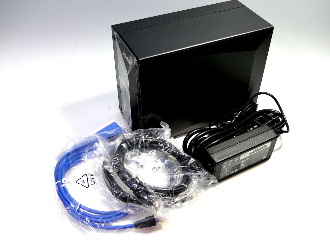 ASUSTOR「AS4002T」。実売3万円台ながら、10GBASE-T対応のLANポートを標準搭載。10GbE接続用のCAT6aケーブルも同梱される