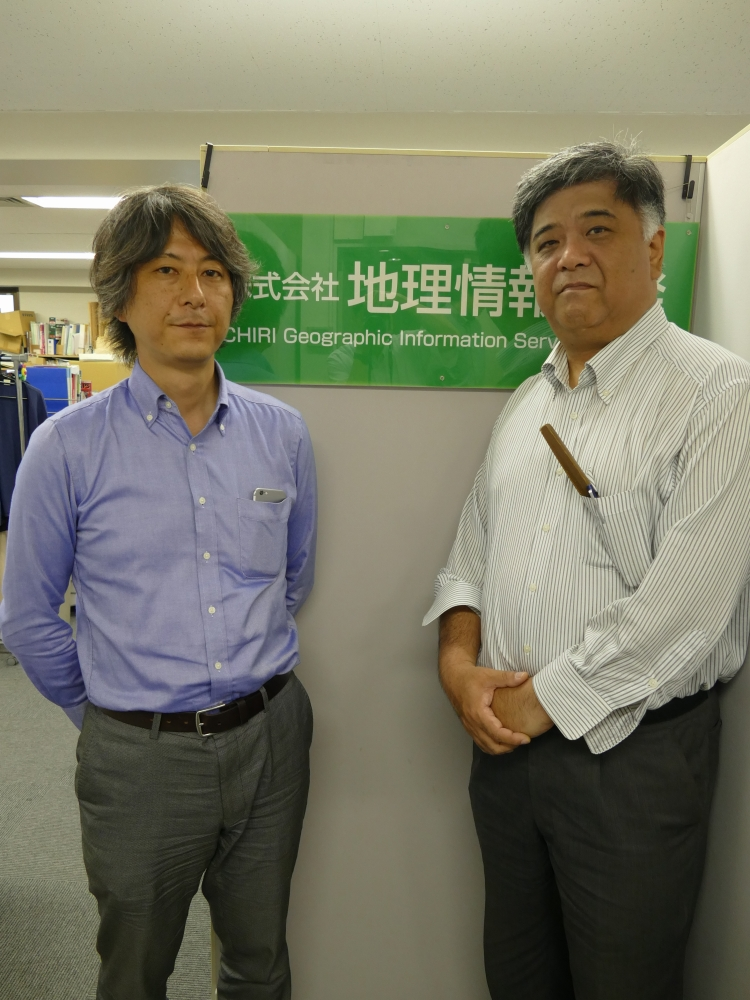 株式会社地理情報開発の代表取締役社長・篠崎透さん(右)と、専務取締役・久保田秀徳さん(左)