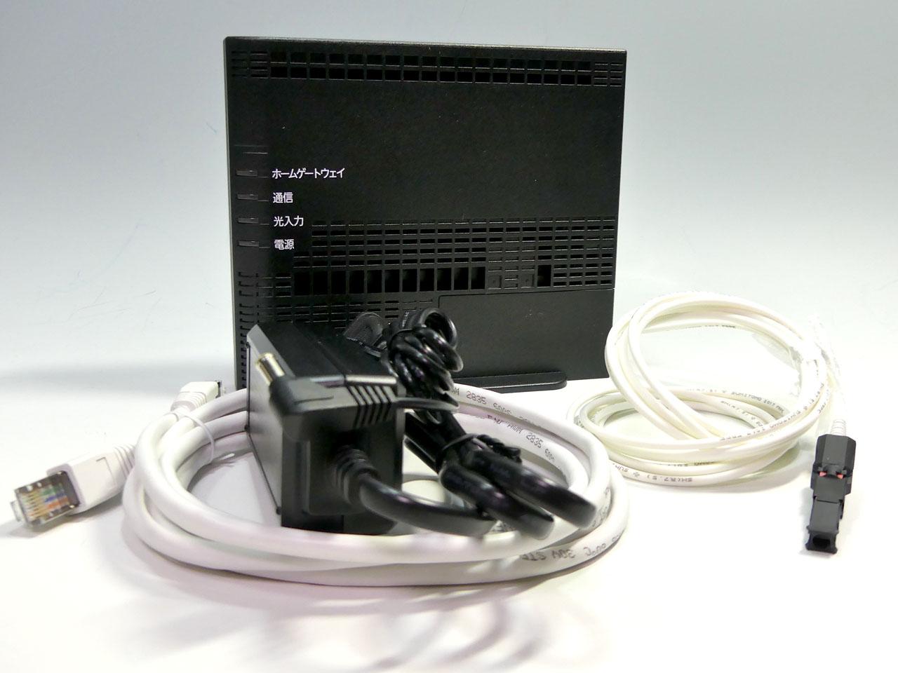 auひかり ホーム10ギガ対応のONU。光ファイバーケーブルは本体に接続済みとなっている