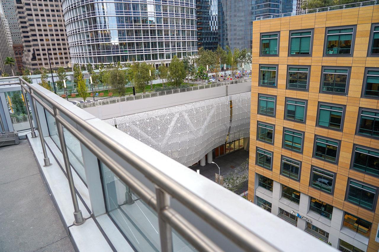 バルコニーからの眺め、隣に先日から稼働している新しいバスステーション「Salesforce Transit Center」の上に作られた公園が見える