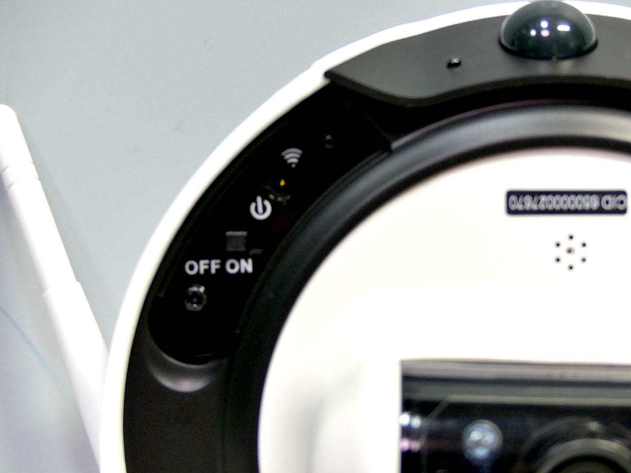 底面側のカバーを開けると、充電コネクタ、電源スイッチ、Wi-Fiボタンが姿を現す