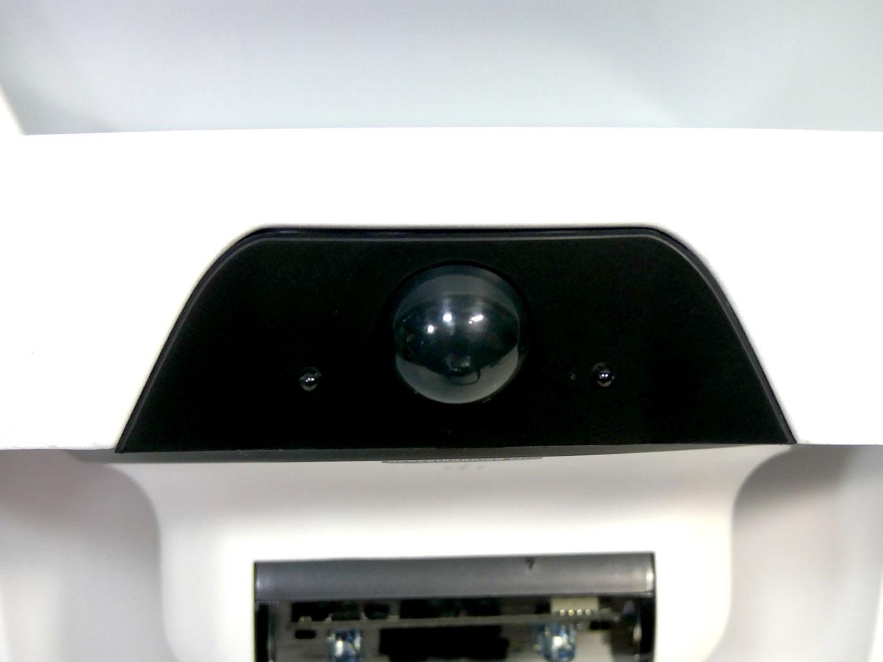 前面にある熱検知センサーで常時監視し、反応があった場合のみカメラでの録画を開始する