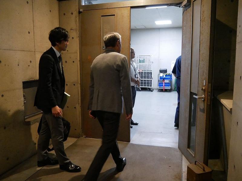 13日午前0時になり、総合管理センターに入る鹿野エグゼクティブプロデューサー