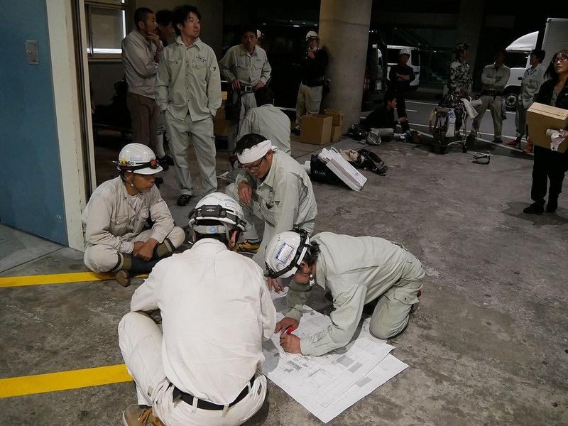電気工事のチームは、会場入りする前から図面を見て作業を確認