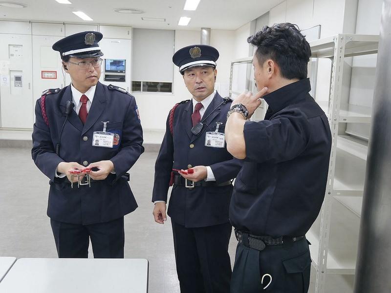 一方で警備員は別の鍵を受け取り、それぞれの場所の扉を開ける