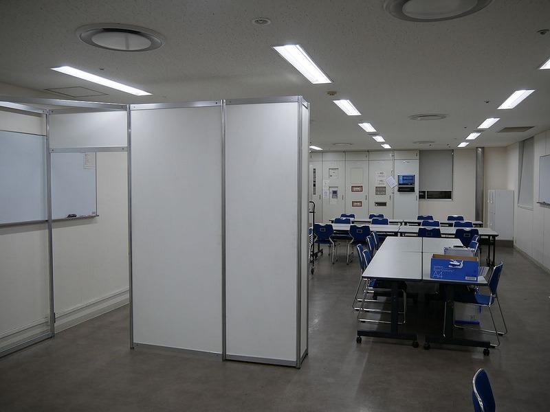 展示会場だけでなく、オペレーション事務局などの事務スペースも同時に設営が進む。約1時間で完成した