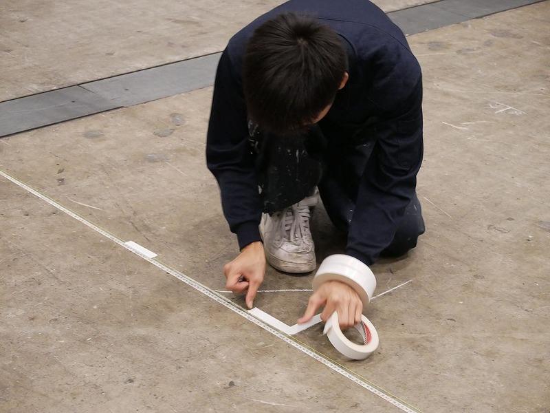 横2本のメジャーの間にもう一本のメジャーを組み合わせて墨だしを行う