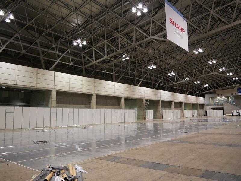 最大規模の展示面積を誇るシャープブース。カーペットとタペストリー、ケーブル敷設が終わっている