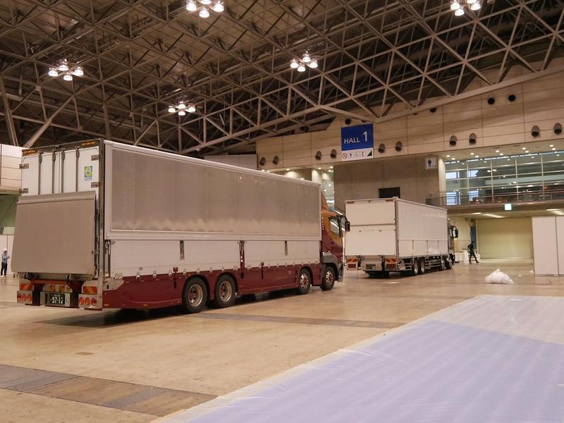 大きなトラックが次々に展示場に入る。出展者ごとの設営が開始されることになる